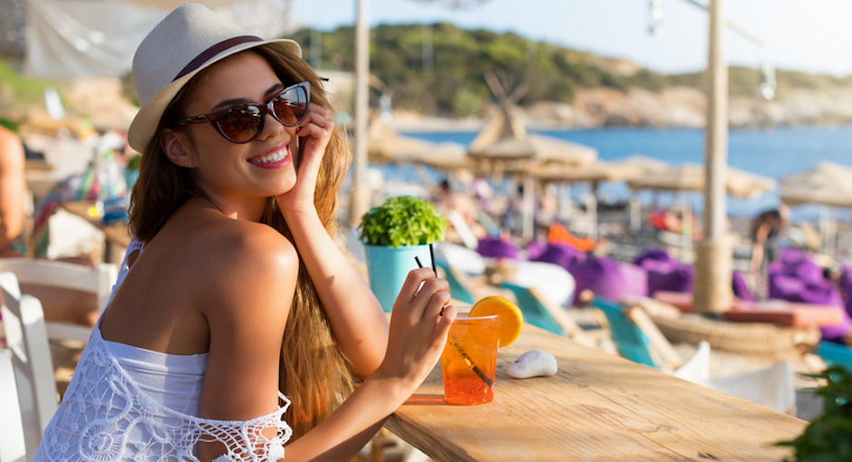 Aperol-Spritz am Meer im Urlaub